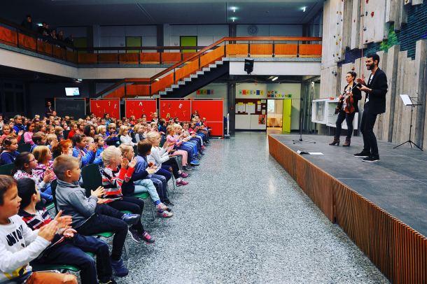 Die voll besetzte Aula mit über 200 begeisterten Kindern. Foto: Peter Dorn